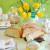 Gedeckter Ostertisch mit Blumen und Dekoherzen